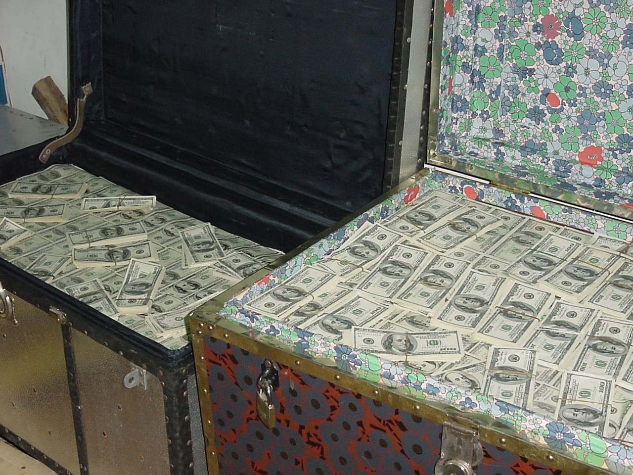 Nigerian 419 advance fee fraud box of fake money